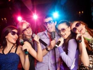 19773060-grupo-de-gente-joven-que-canta-en-el-microfono-en-la-fiesta-karaoke