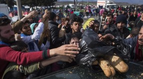 Still thousands of refugees massing in Idomeni to enter Macedonia